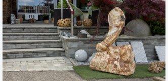 zahradní socha z kamene kobra