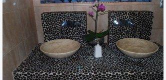 černá mozaika z kamene