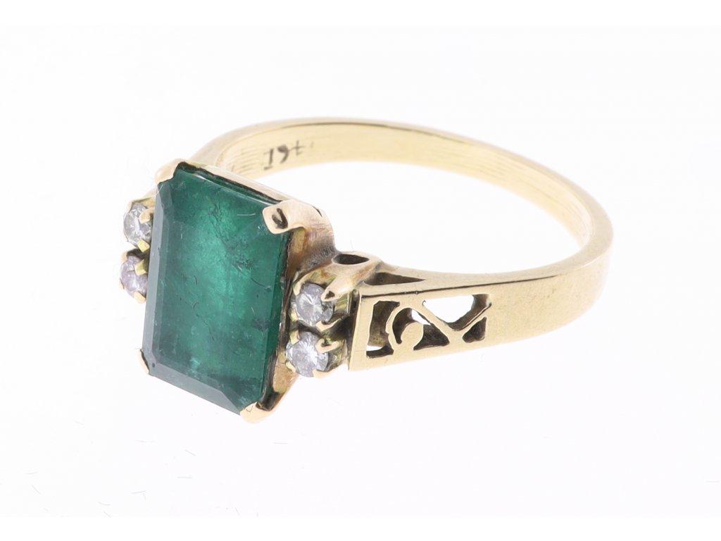 Zlatý prsten se smaragdem a s brilianty.