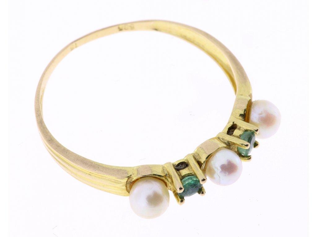 Zlatý prsten s turmalíny a s perlami.