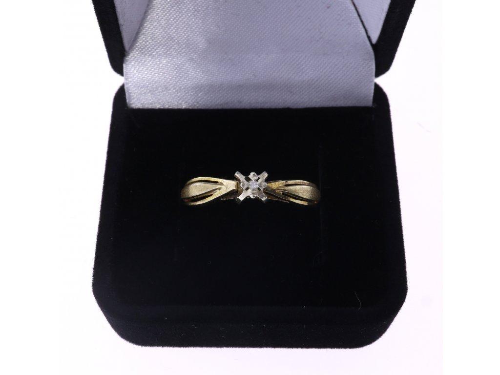 Zlatý prsten s diamantem.