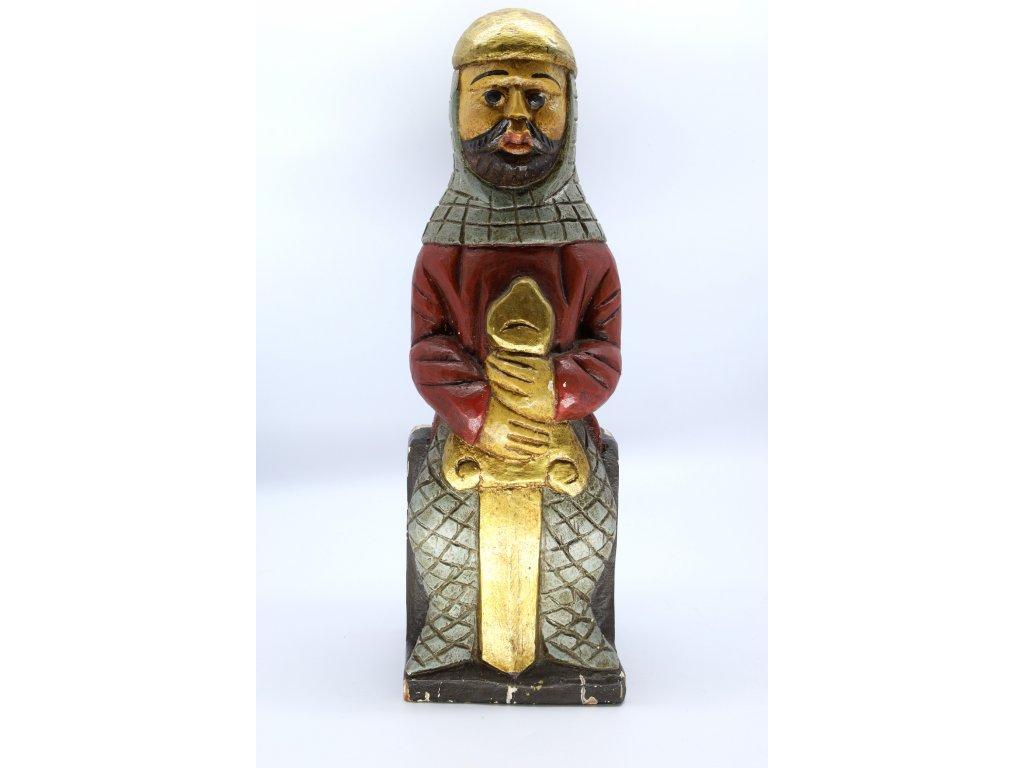 Dřevěná socha rytíře