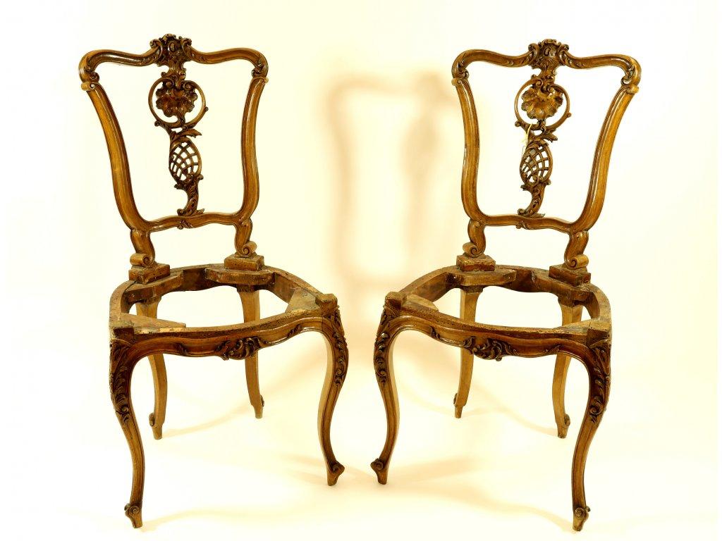 Pár barokních vyřezávaných židlí