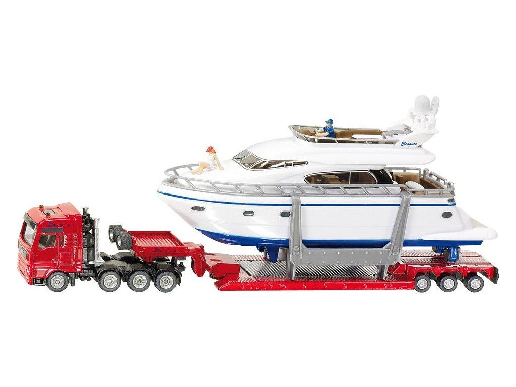 Nákladní kamion s jachtou