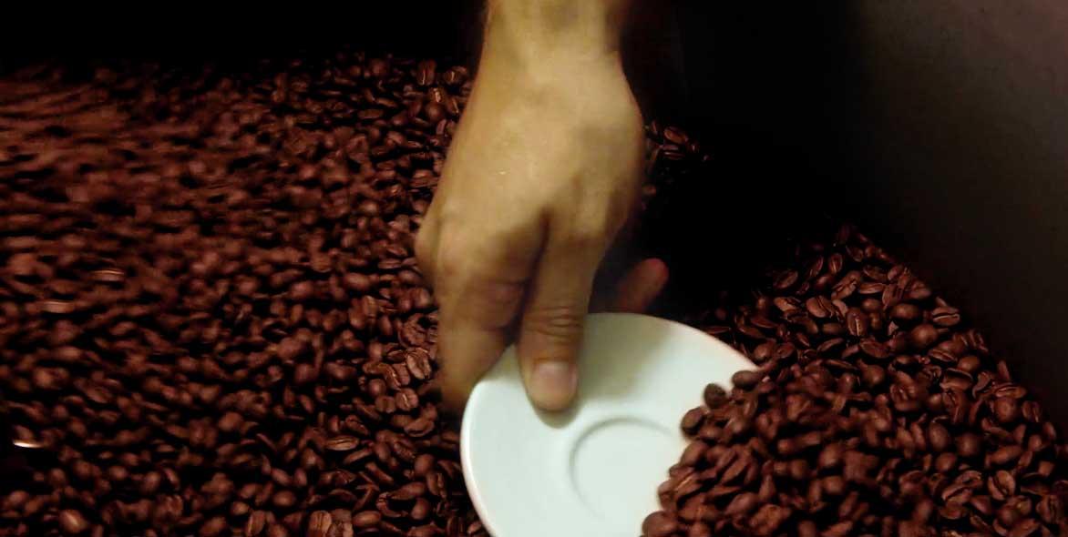 proces-cerstveho-prazeni-kavy-pitel-prazirna