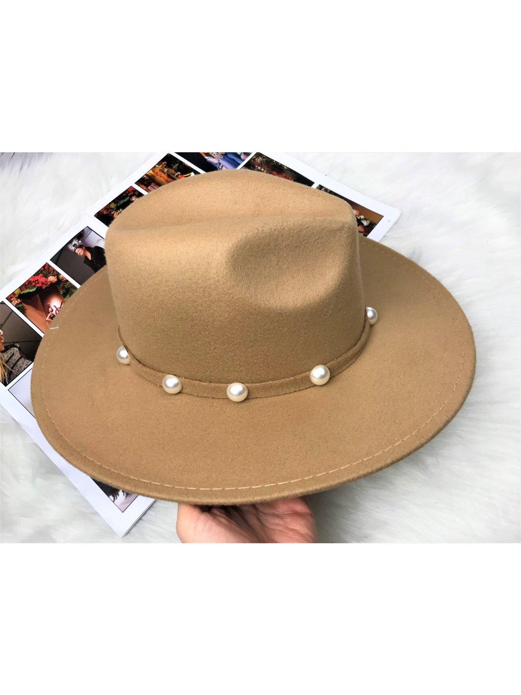 hnedý klobúk s perlami