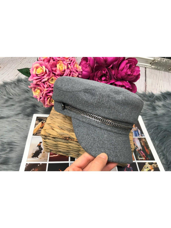 sivá čiapka so šiltom