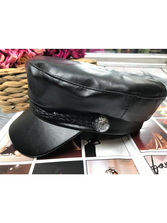 čierna koženkova čiapka so šiltom