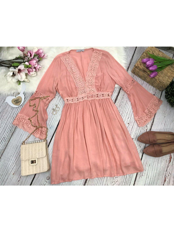 ružové šaty s háčkovanou aplikáciou