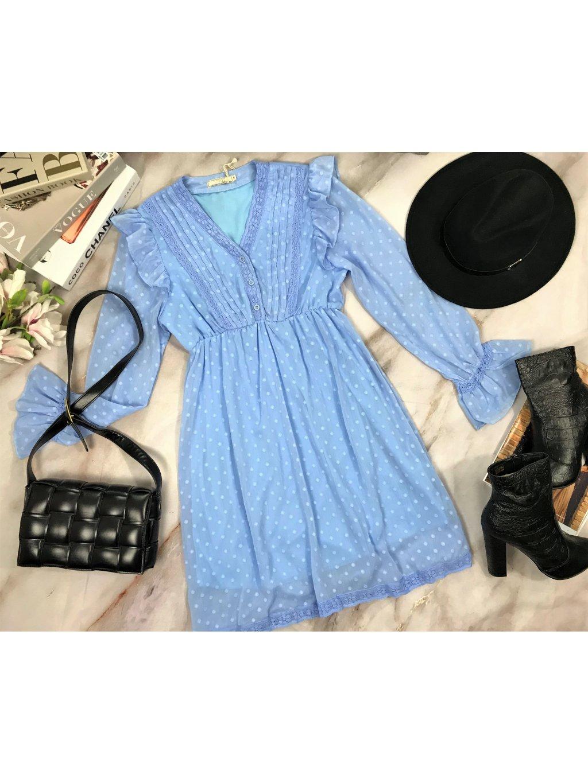 modré šaty s dlhým rukávom