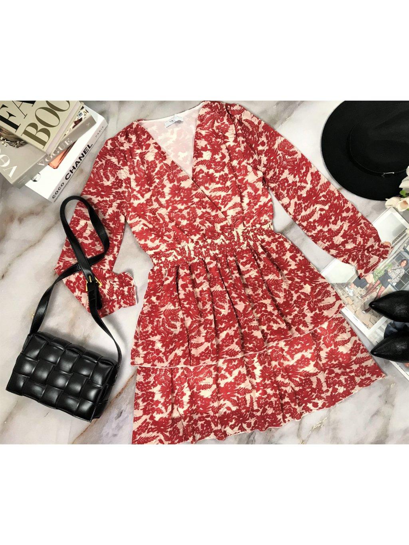 červené vzorované šaty