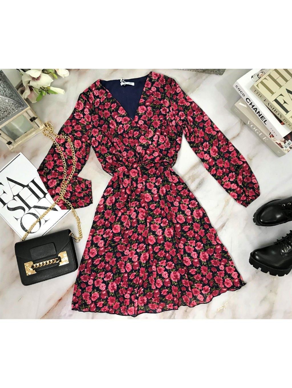 tmavomodré kvetované šaty