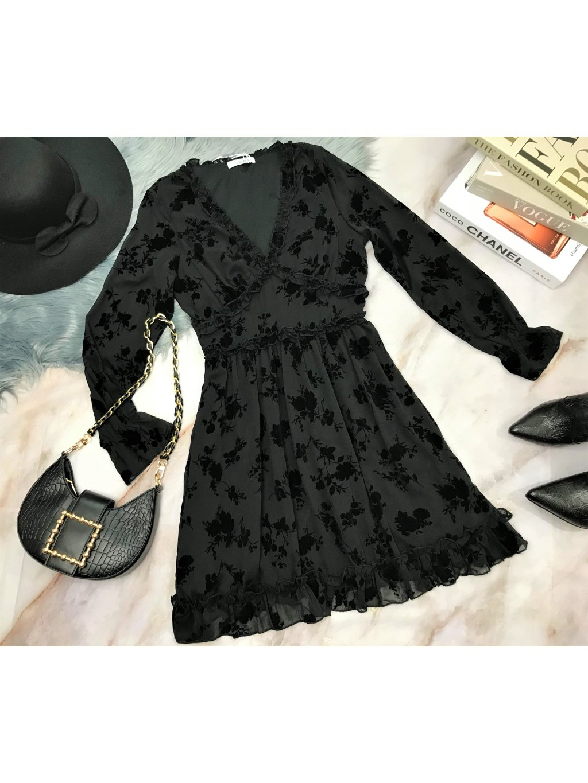 čierne šaty so zamatovými kvetinami