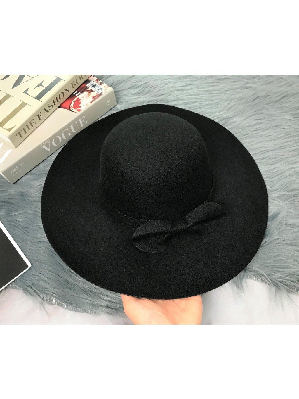 čierny klobúk s mašľou