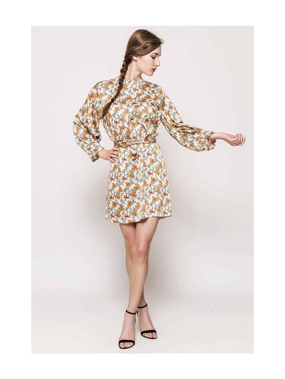 žlté kvetované saténové šaty