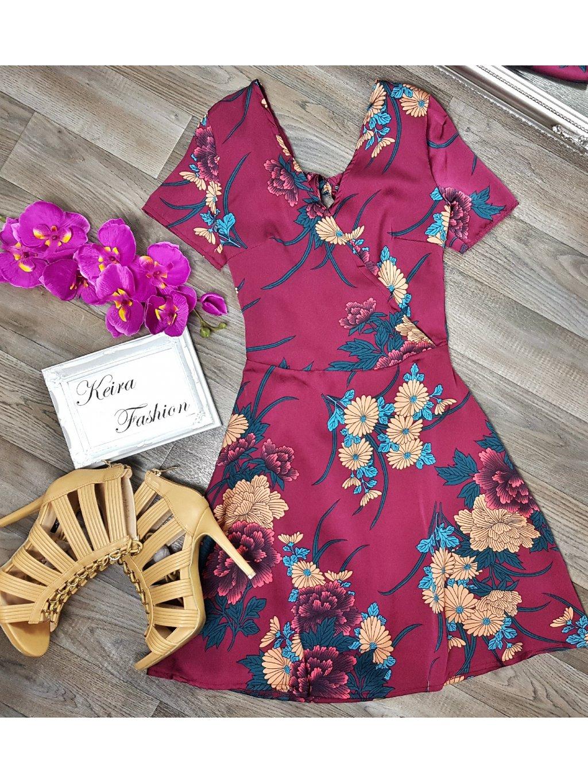 bordové saténové šaty s kvetmi