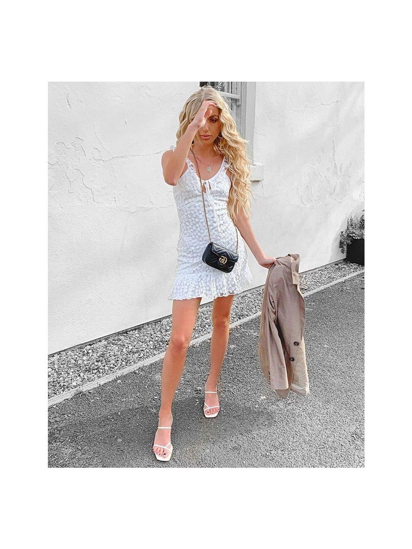 biele vyšívané šaty
