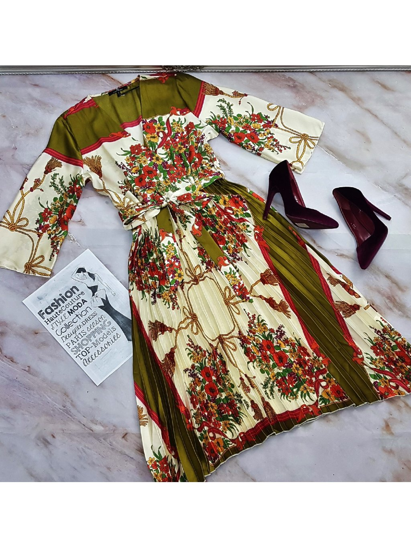plisované saténové šaty