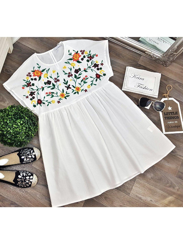 biele šaty s vyšívanými kvetmi