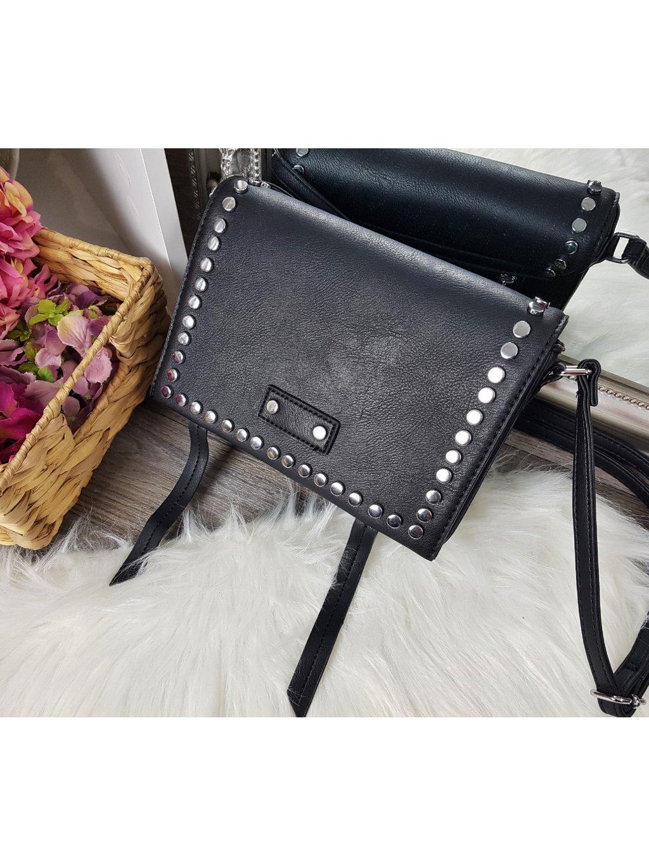 čierna kabelka s cvokmi