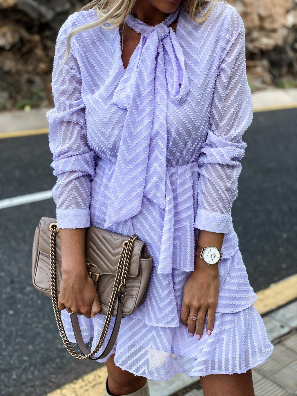 fialové šaty s volánom