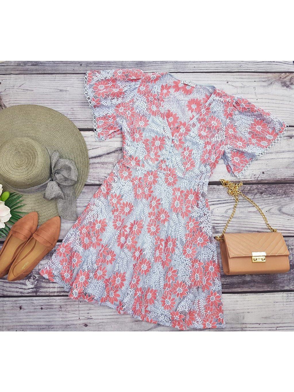 čipkované šaty s kvetmi