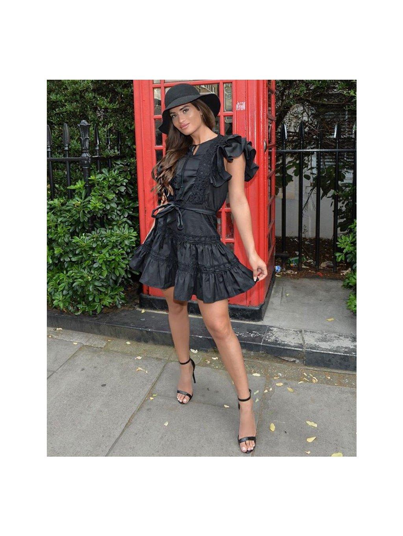 čierne šaty s mohutnými volánmi