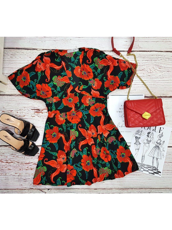 čierne šaty s červenými kvetmi