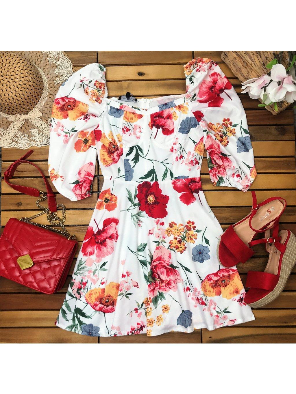 biele kvetované šaty s červenými kvetmi