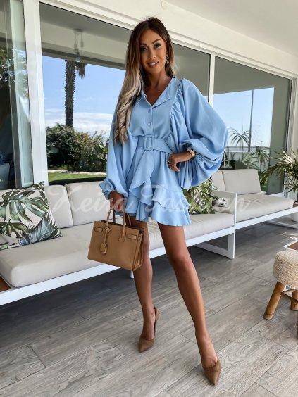modré šaty s volánom