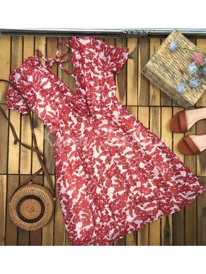 červené vzorované letné šaty s výstrihom na chrbte