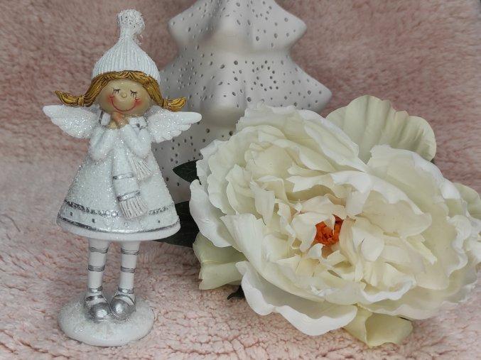 anděl bílý s šálou a čepicí