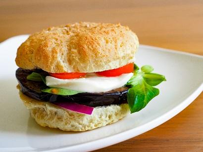 KetoMix burger s grilovaným lilkem a mozzarellou