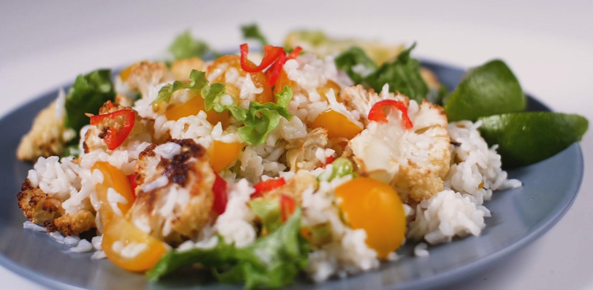 Saláta konjak rizzsel és sült karfiollal