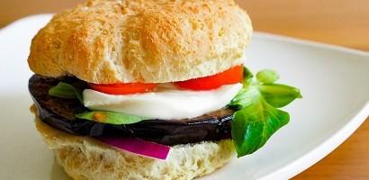 KetoMix burger s grilovaným baklažánom a mozzarellou