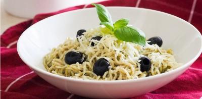 Konjacové špagety s bazalkovým pestom