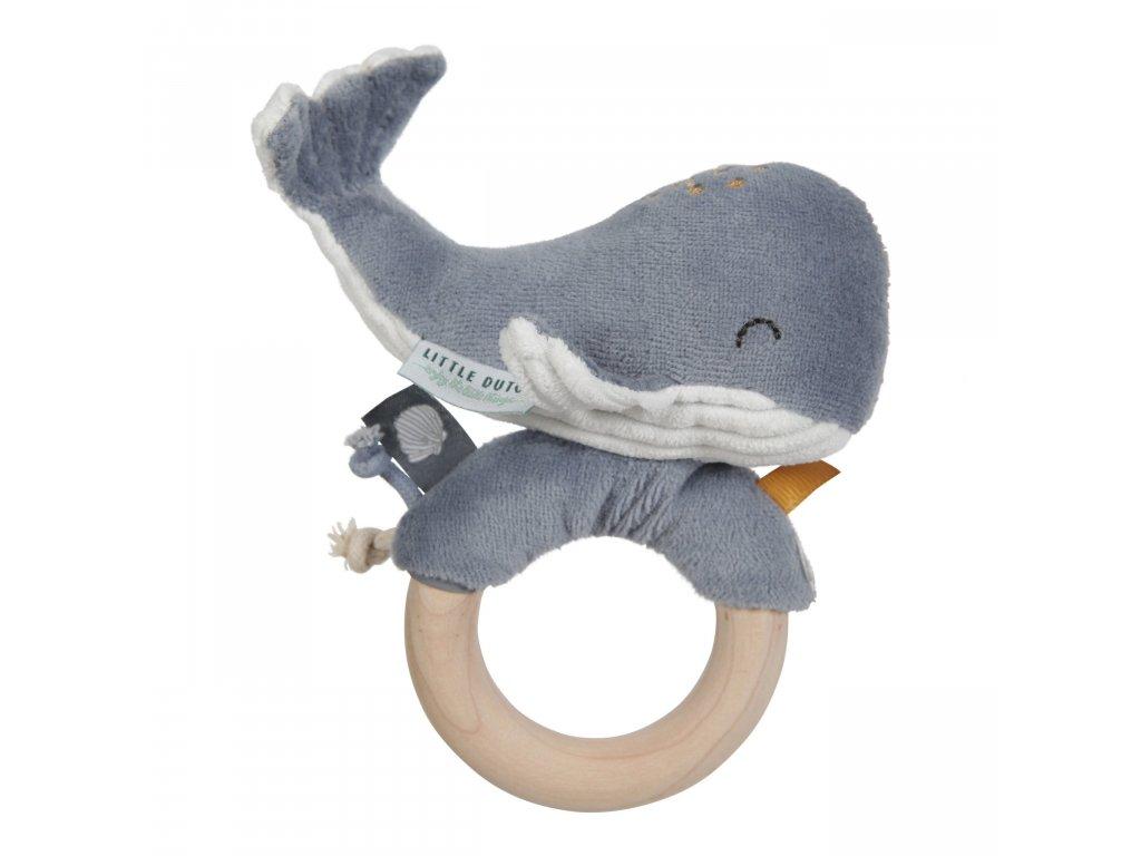 4813 Chrastící velryba na dřev.kroužku blue scaled