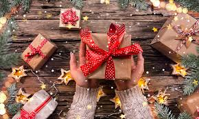 V ČR naděluje Ježíšek, v USA Santa Claus, v Rusku zase Děda Mráz