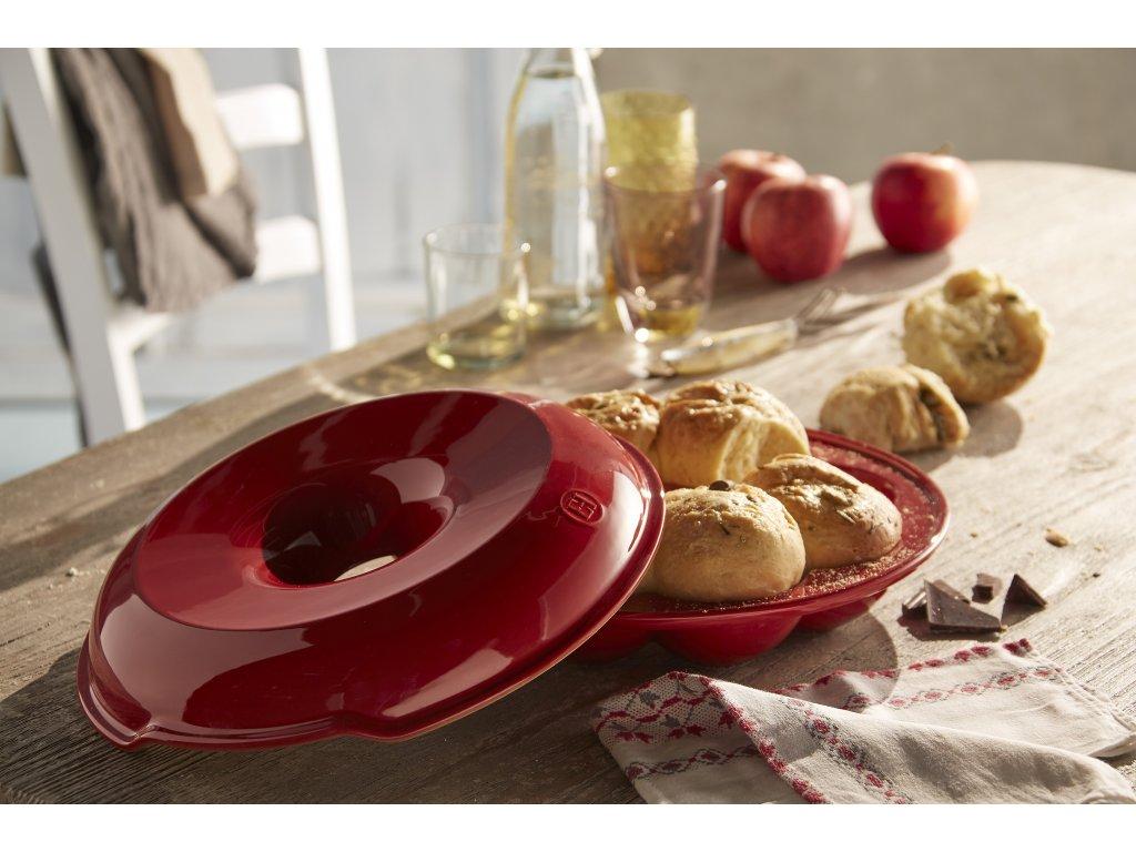 forma na peceni kulateho chleba housek a bagetek emile henry cervena granatova 1
