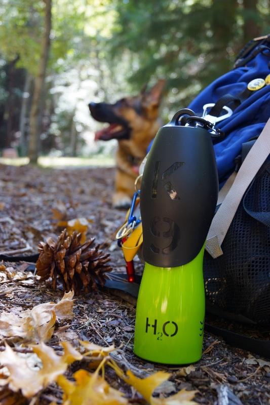 Se psem na cestách láhev na vodu