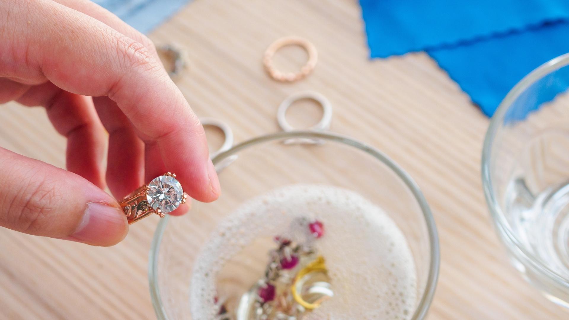 Jak nejlépe vyčistit zlaté šperky