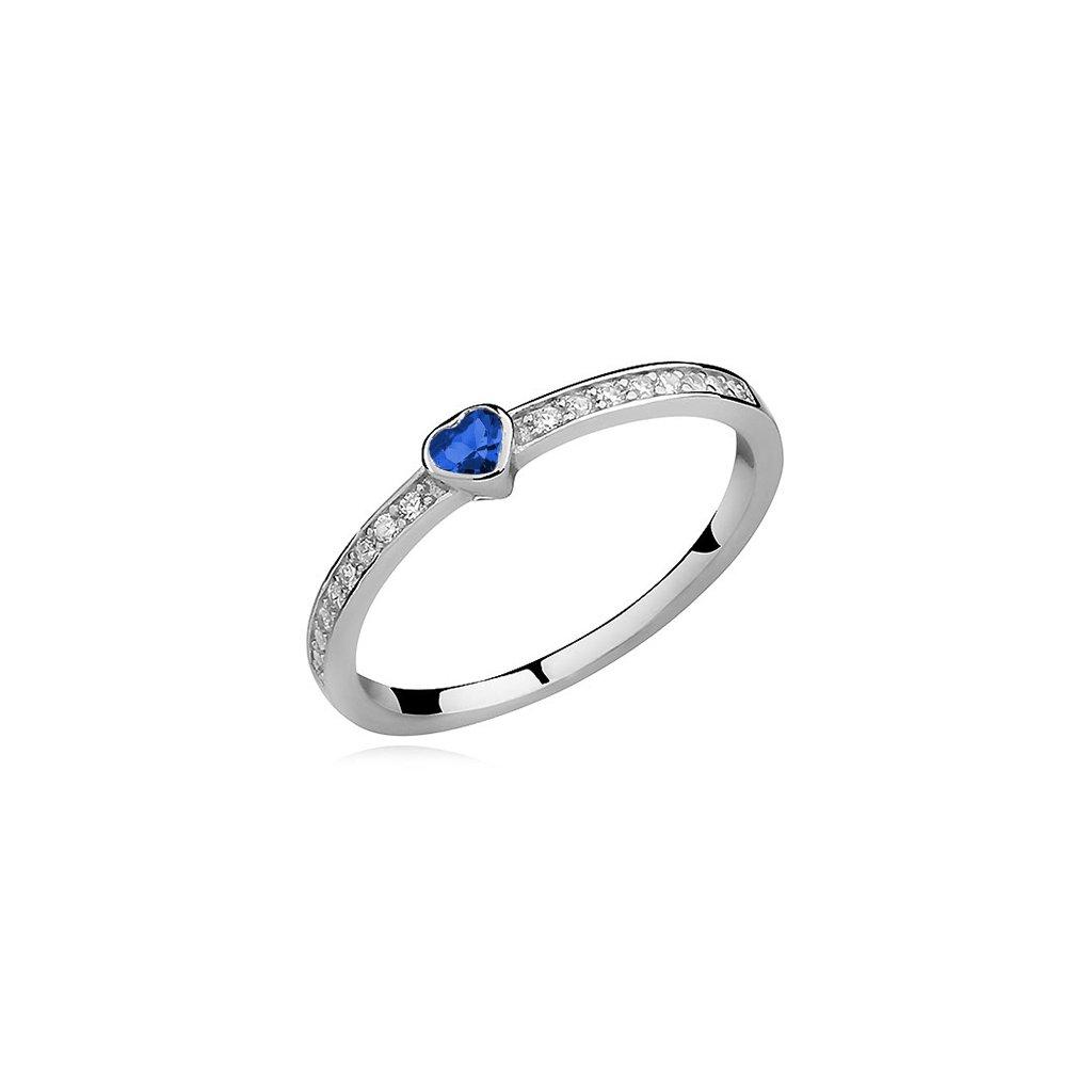 stříbrný prsten se safírovým srdcem