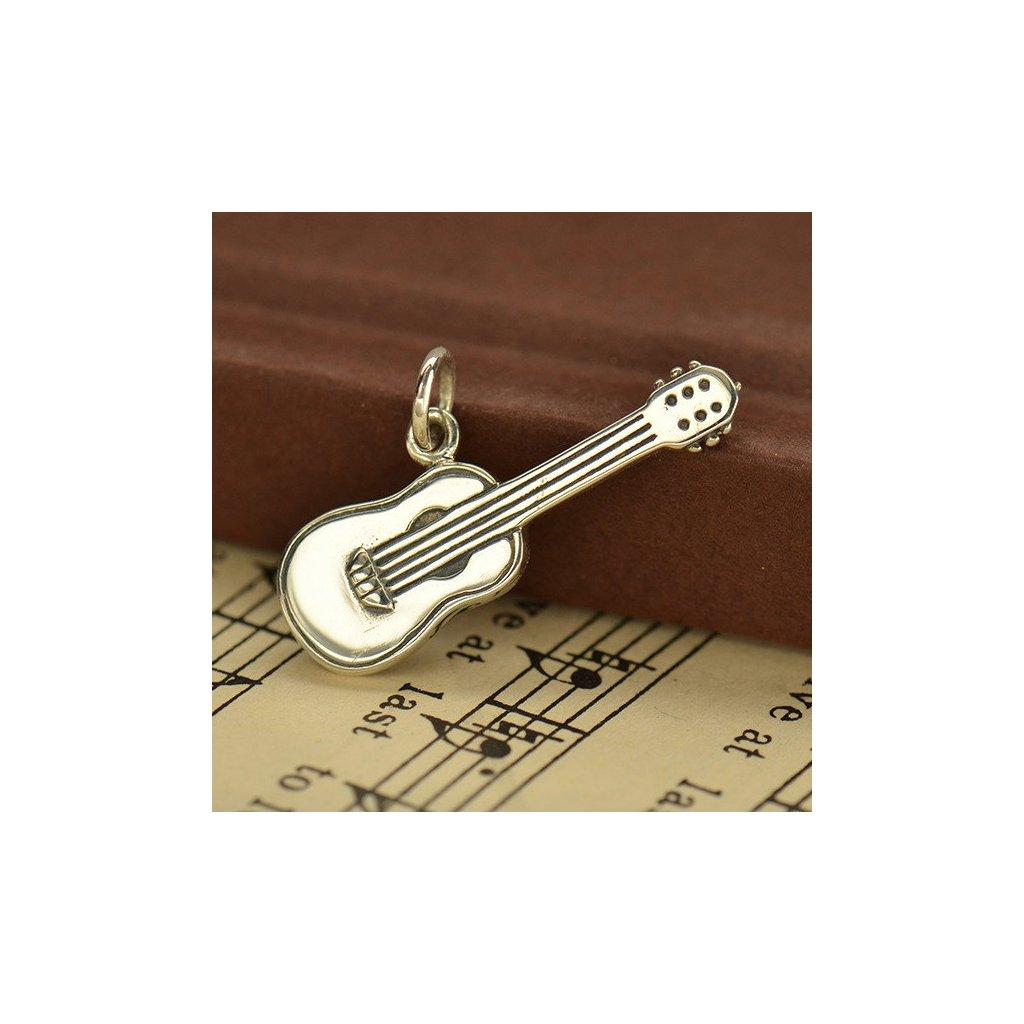 stříbrný přívěsek kytara