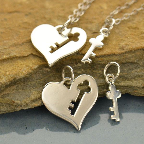 Sada stříbrných přívěsků - srdce s klíčem