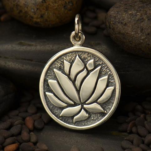 Klenoty Amber Stříbrný přívěsek medailon květ lotosu