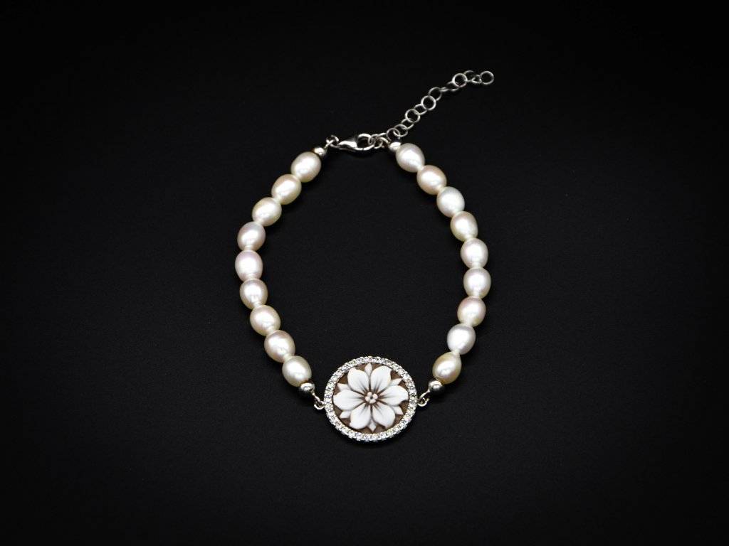 Náramek s perlami a kamejí