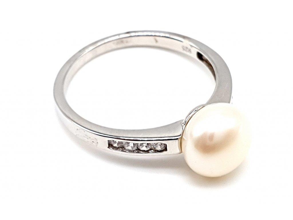 Stříbrný prsten s kultivovanou perlou zdobený zirkony (Velikost prstene 56 mm)