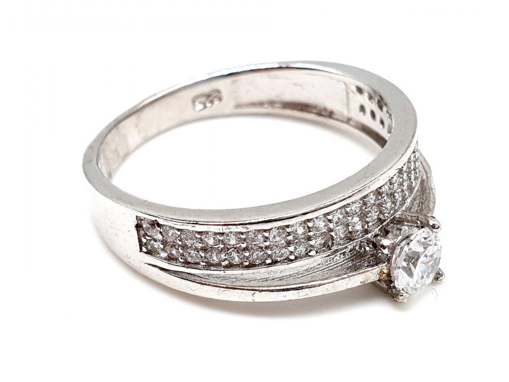 Stříbrný zásnubní prsten obklopený zirkony (Velikost prstene 55 mm)