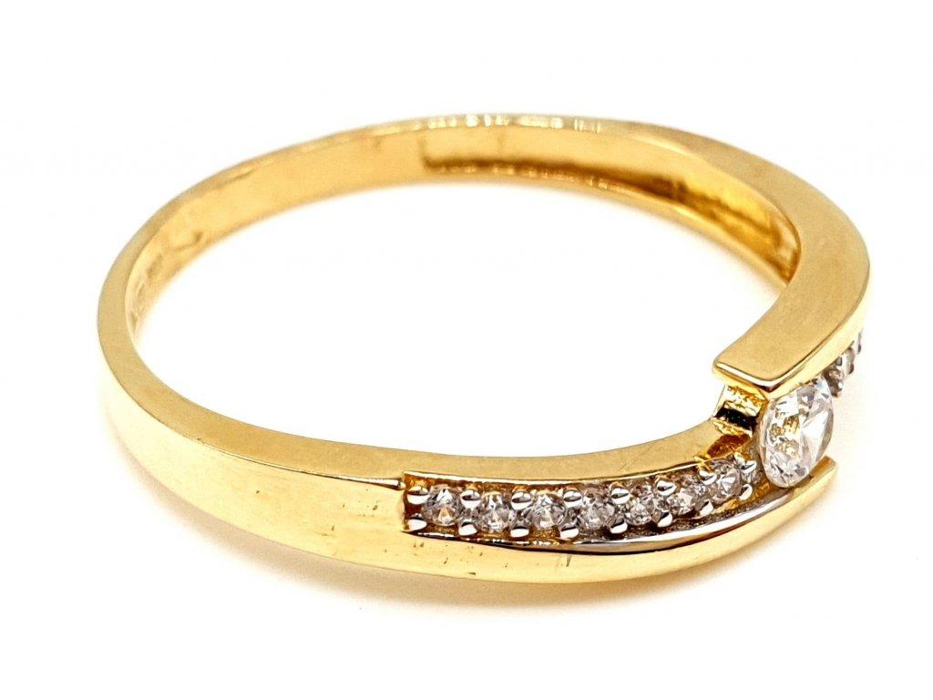 57345 zlaty ovalny prsten zdobeny radou zirkonu s dominantnim kubickym zirkonem velikost 56mm