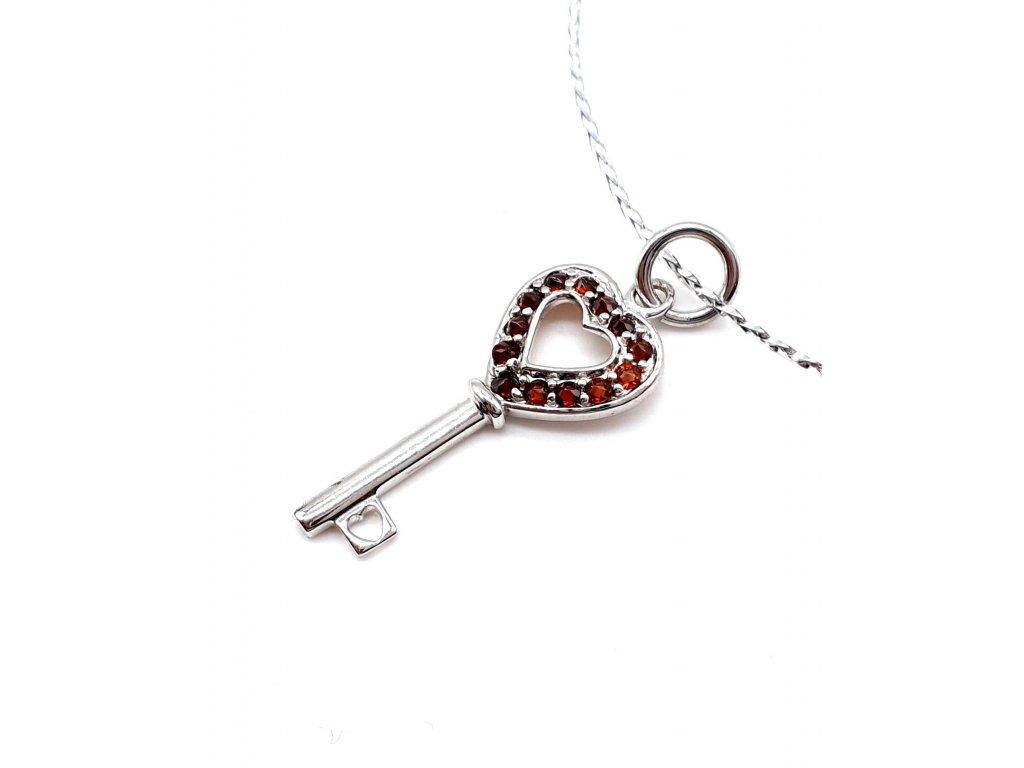 Stříbrný přívěsek klíč s rudými kameny